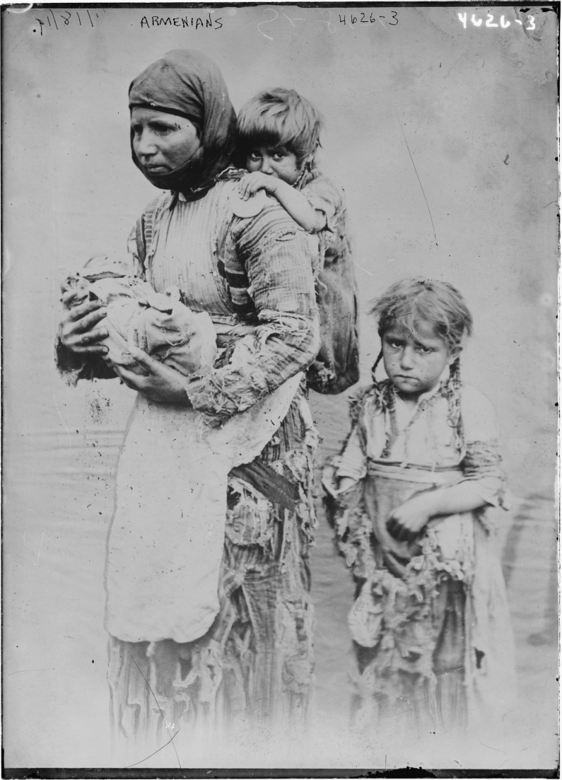Armenian_woman_and_her_children_from_Geghi,_1899 - Foto Wikipedia Commons