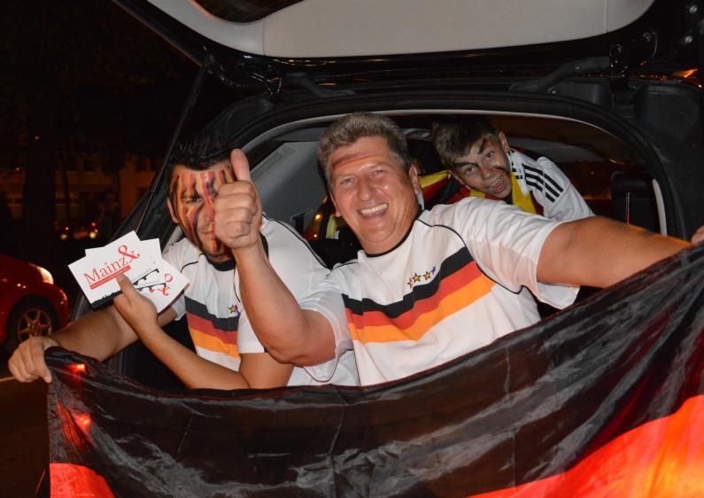 Autokorso mit Herren auf der Heckklappe mit Mainz& - Foto: gik