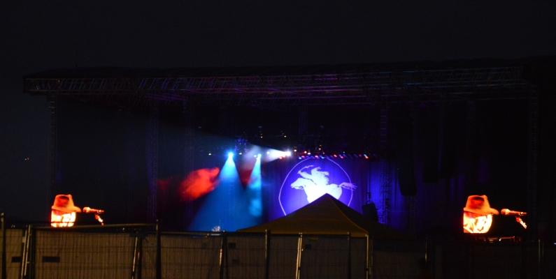 Neil Young auf der Bühne im Mainzer Zollhafen nach Einbruch der Dunkelheit - Foto: gik