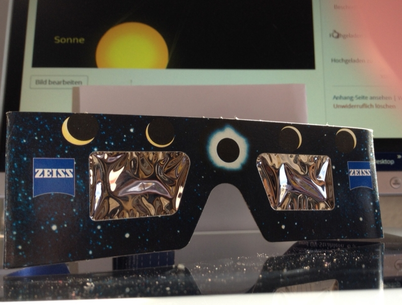 Offizielle Sonnenfinsternis-Brille vom Optiker, diese stammt aus dem Jahr 1999 - Foto: gik