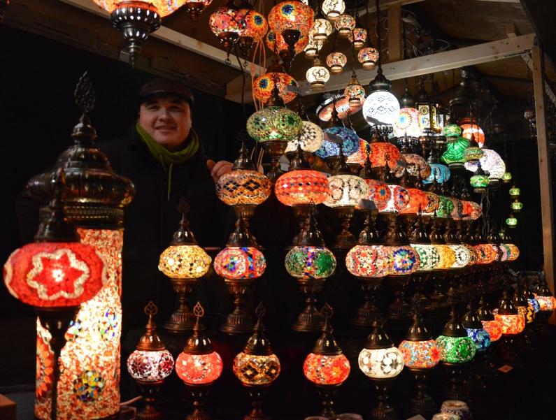 Schöner Blickfang: Stand mit Mosaiklampen auf dem Weihnachtsmarkt - Foto: gik