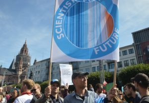 "Die Scientists for Future mit den ""Warming Stripes"" bei der Großdemo #AllefürsKlima in Mainz. - Foto: gik"