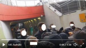Polizeibeamte drängen Demonstranten in einem Tunnel am Ingelheimer Bahnhof zusammen und setzen Pfefferspray ein. - Screenshot: gik